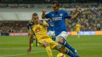 Rafael Baca conduce el balón ante la marca de Uribe
