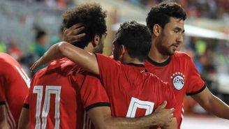 Jugadores de Egipto celebran un gol con Salah