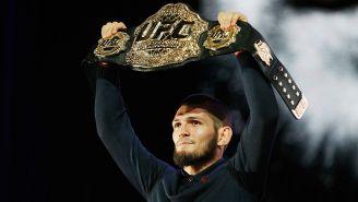 Khabib Nurmagomedov posa con el cetro de la UFC
