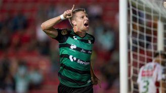 Julio César Furch festeja gol con Santos