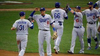 Jugadores de Dodgers festejan tras triunfo