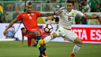 Vidal pelea un balón en el juego vs el Tri en Copa América