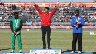 Luis Avilés recibe el Oro de los 400 metros planos