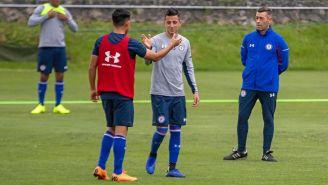 Alvarado saluda a uno de sus compañeros en Cruz Azul