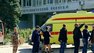 Ambulancias acudieron a la escuela para ayudar a los heridos