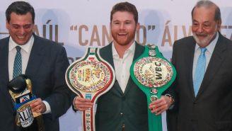 Canelo Álvarez (centro) posa con dos cinturones de campeonato