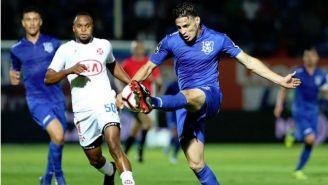 Antonio Briseño desvía el esférico en un duelo con el Feirense