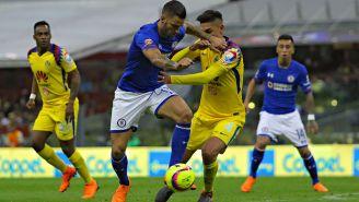 Edgar Méndez y Edson Alvarez disputan el esférico en el Clásico Joven