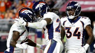 Jugadores de Broncos celebran anotación vs Arizona