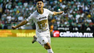 Felipe Mora festejando un gol con Pumas