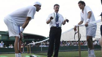John Isner y Nicolas Mahut reciben instrucciones en Wimbledon