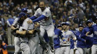 Jugadores de los Dodgers festejan el triunfo