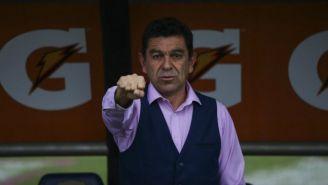 David Patiño durante la entonación del himno de la UNAM