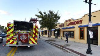 Personal de bomberos y rescate, tras el tiroteo en Jacksonville
