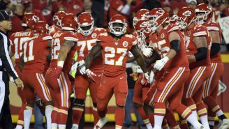Kareem Hunt celebra su anotación con Kansas City
