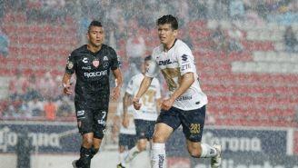Diego Rosales corre por la esférica en duelo contra Necaxa