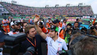 Pérez saluda al público que se dio cita en el Autódromo Hermanos Rodríguez para el GP de México