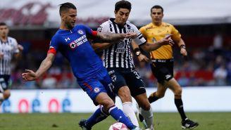 Edgar Méndez y Stefan Medina luchan por el balón