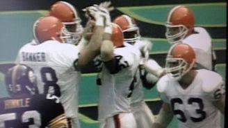 Tim Manoa celebra uno de sus touchdowns contra Steelers