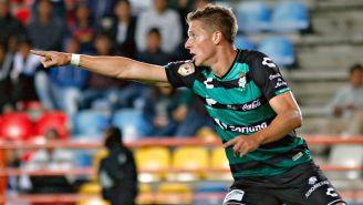 Julio César Furch festeja un gol con Santos
