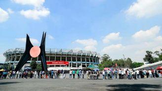 Gente formada en las taquillas del Estadio Azteca