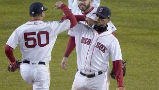 Jugadores de los Red Sox celebran el triunfo frente a los Dodgers