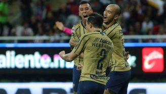 Jugadores de Pumas se unen en festejo de gol