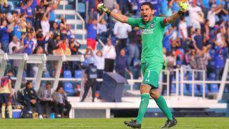 Jesús Corona festeja gol de Cruz Azul