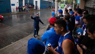 Afición de Cruz Azul se reúne afuera del estadio