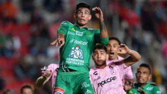 Juan Calero busca un balón en el aire