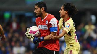 Jesús Corona y Diego Lainez durante el Cruz Azul vs América