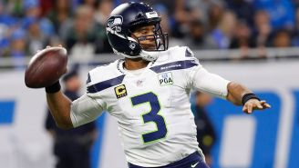 Russell Wilson lanza un pase contra Detroit