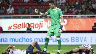 Jugadores de Chivas lamentan un gol del Morelia