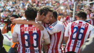 Jugadores de Chivas festejan el segundo gol del Cubo Torres