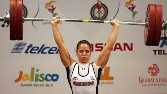 Luz Mercedes Acosta levanta una pesa durante una competencia