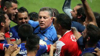 Ricardo Peláez festeja el título de Copa con sus jugadores
