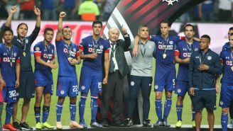 Guillermo Álvarez celebra con sus jugadores el título de Copa MX