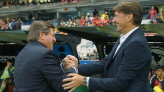 Piojo Herrera y Hernán Cristante se saludan en el Estadio Azteca