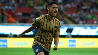 Felipe Mora celebra un gol con Pumas