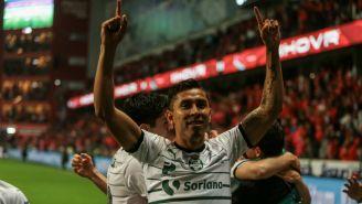 Jesús Isijara festejando un gol con Santos