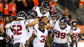 Jugadores de Houston celebran tras el gol de campo fallado por Denver