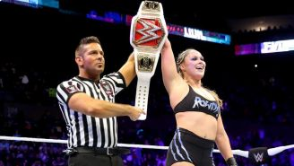 Ronda Rousey festeja tras retener el título en Evolution