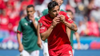 Alexis Vega celebra gol con los Diablos Rojos