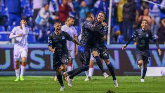Jugadores de Puebla celebran gol en empate contra Chivas