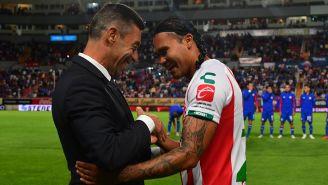 Caixinha y Carlos Peña se saludan previo a juego entre Cruz Azul y Necaxa