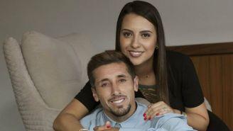 Héctor Herrera y su esposa posan para la foto