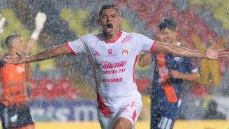 Miguel Sansores festeja un gol con Monarcas