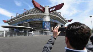 Aficionados toma una foto al Estadio de San Siro