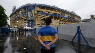 Aficionado de Boca Juniors observa la Bombonera por fuera