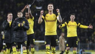 Jugadores del Borussia Dortmund celebran tras la victoria